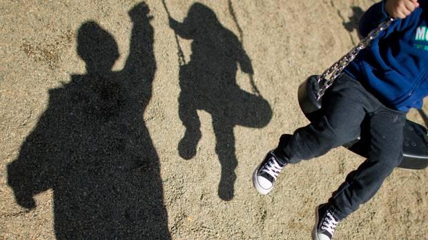 Frau greift Kinder auf Spielplatz mit Pfefferspray an