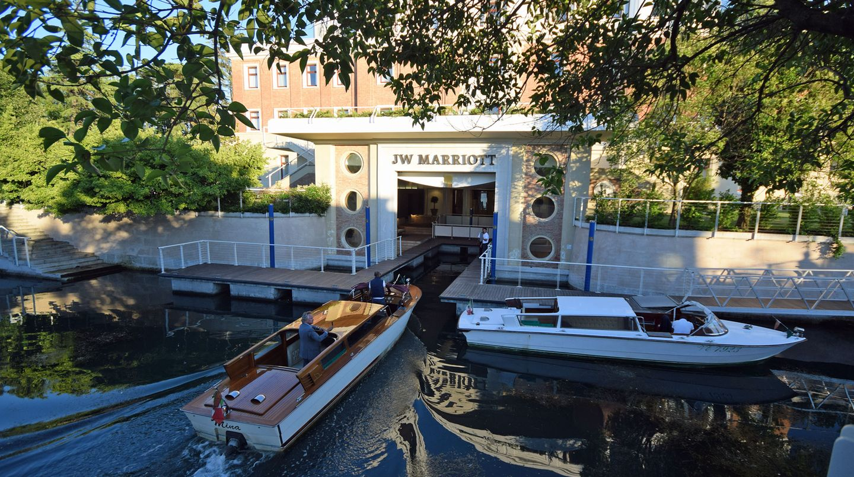 Ein Boot nähert sich dem Anleger des Hotels