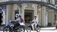 Mopedfahrer in Hanoi lässt seinen Hund ans Steuer