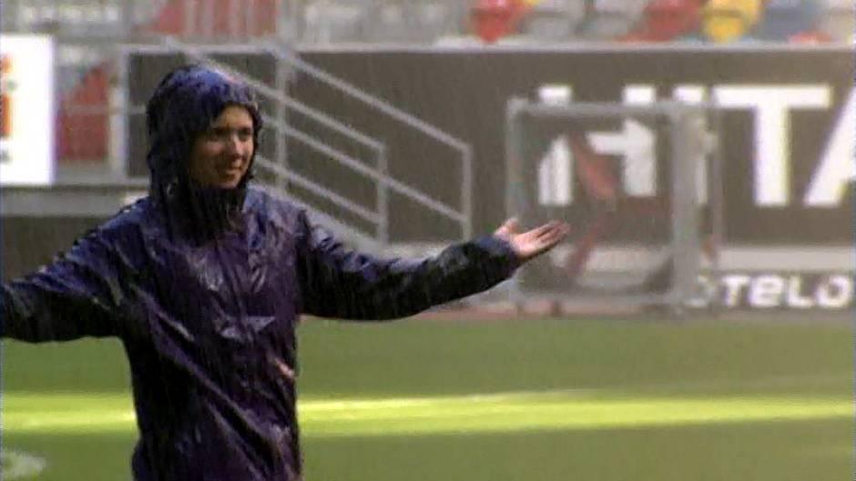 Dauerregen im Düsseldorfer Fußballstadion. Unter dem Rasensprenger werden die Jacken einem Härtetest unterzogen.