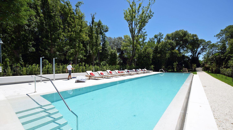 Wer längere Bahnen als nur im Infinity Pool auf dem Dach ziehen möchte, steigt in den 25 Meter langen Giardino Pool im Park. Nirgendwo sonst kann man in Venedig soschön im Grünenschwimmen.