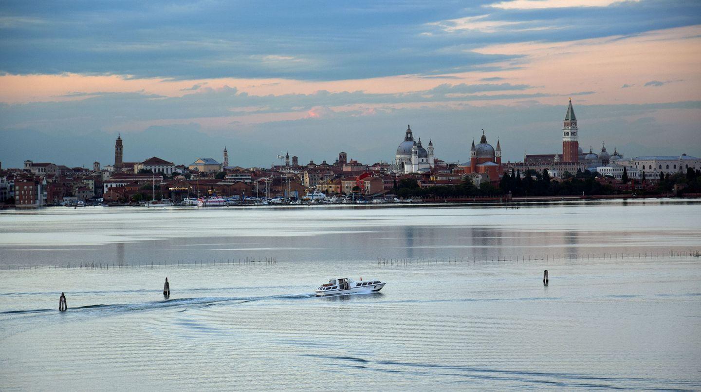 Einsames Boot vor der Skyline von Venedig