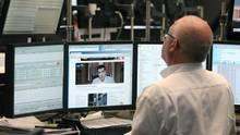 Alexis Tsipras ist auf dem Monitor eines Frankfurter Börsenhändlers zu sehen