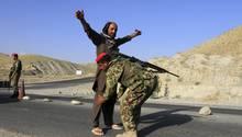 Afghanische Soldaten kontrollieren an einem Grenzkontrollpunkt Reisende. IS-Kämpfer sind auf dem Vormarsch in Afghanistan und liefern sich mit der rivalisierenden Taliban Kämpfe.