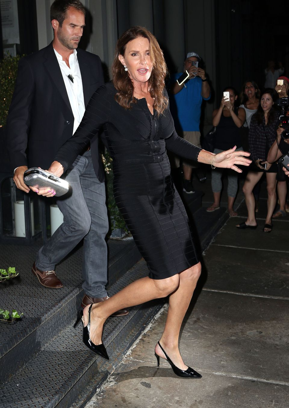 """Ein körperumschlingendes Kleid mit Zipper, die Nägel rosa lackiert, dazu Perlenohrringe und schwarze Lackpumps. Am Montagabend zeigte sich Caitlyn Jenner erstmals seit ihrem """"Vanity Fair""""- Cover im New Yorker Nachtleben- in einer eleganten Variante des beinahe charakteristischen Kardashian-Looks. Angeleuchtet von Blitzlichtern und Smartphone-Kameras verließ sie ein italienisches Restaurant im Manhattener Stadtteil Tribeca.In den vergangenen Wochen hatte sie vornehmlich LGBT-Zentren, Treffpunkte der Gemeinschaft von Lesben, Schwulen, Bisexuellen und Transgender besucht und Vorträge gehalten."""