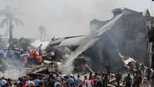 Trümmerfeld auf Sumatra: Indonesisches Militärflugzeug stürzte über Medan ab