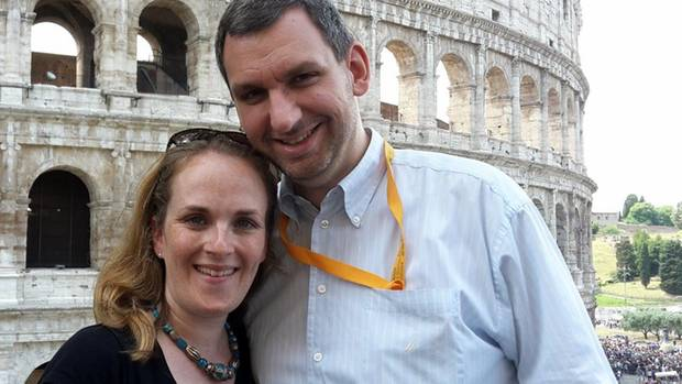 Miriam Covi und ihr Mann vor dem Kolosseum