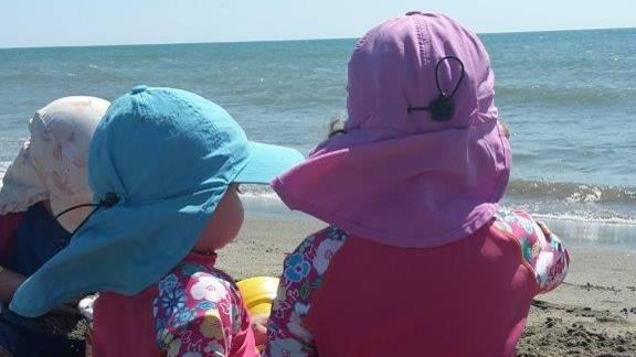 Miriam Covis Töchter am Strand