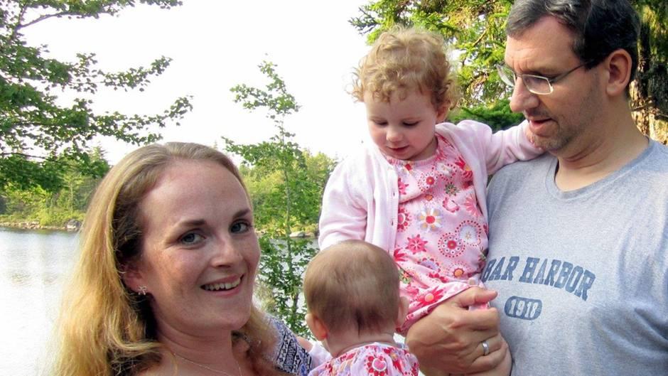 Miriam Covi mit ihrem Mann und den zwei Töchtern