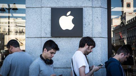 Junge Männer stehen vor einem Apple-Store Schlange. Ob sie Praktikanten sind, ist unbekannt.