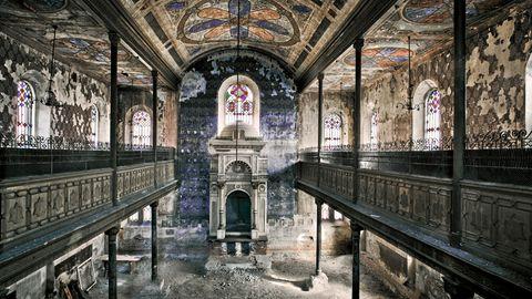 Innenaufnahme einer zerfallenen Synagoge