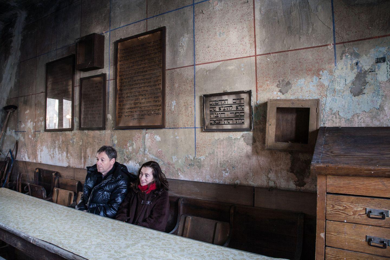 Die beiden sitzen in einem ehemaligen Klassenzimmer