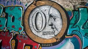 Ein Graffito mit einer 0-Euro-Münze wurde auf eine Athener Hauswand gemalt