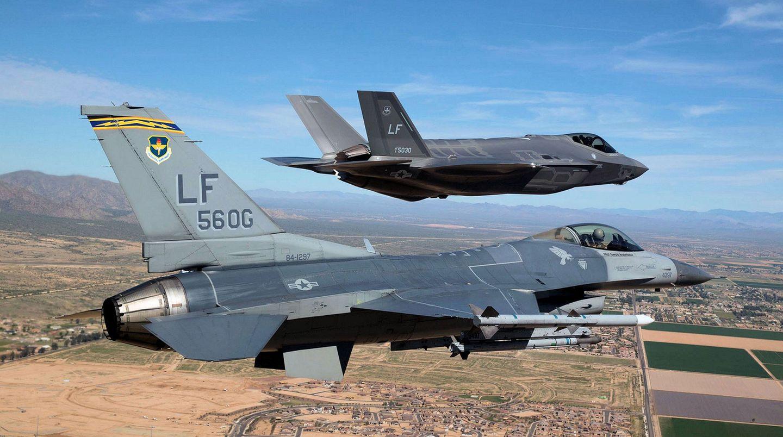 Im Vordergrund fliegt eine F-16, dahinter eine F-35