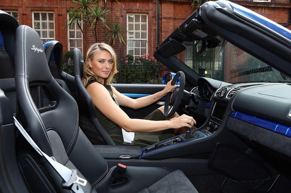 Marija Scharapowa passt perfekt in den neuen Porsche.