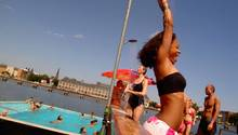 Und auch sonst lässt sich der Tag in dem hippen Flussschwimmbad gut rumbekommen: Gleich neben dem Liegeplatz in Alt-Treptow gibt es einen kleinen Strand samt Bar und Beachvolleyballfeld, in den Sommermonaten finden dort auch regelmäßig Yoga-Kurse unter freiem Himmel statt. Abends übernehmen dann DJs die Szenerie, beliebt auch die Unplugged-Konzerte oder das Open-Air-Kino.