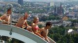 Oben angekommen erwartet die Gäste nicht nur die ersehnte Abkühlung, sondern ein fantastischer Blick über die Innenstadt von Wiesbaden. Da so gute Aussichten auf der Wasserrutsche höchst selten sind, zählt das 1934 fertiggestellte Opelbad heute zu den Kulturdenkmälern.