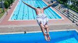 Auch das Inselbad Untertürkheim verspricht perfekte Sommerunterhaltung: Es gibt einzelne Becken für Familien, Schwimmer und Springer, dazu eine 90-Meter-Wasserrutsche. Besonders beliebt ist das Freibad bei Textilverächtern: Denn auch den Freunden der Freikörperkultur steht ein kompletter Bereich mit großem Schwimmbecken und Liegewiese zur Verfügung.