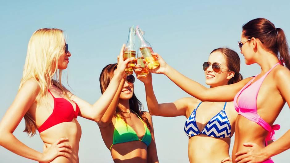 Ein kaltes Bier am Strand hebt die Stimmung.