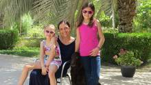 Anne Harenberg, ihre Töchter und der Hund der Familie