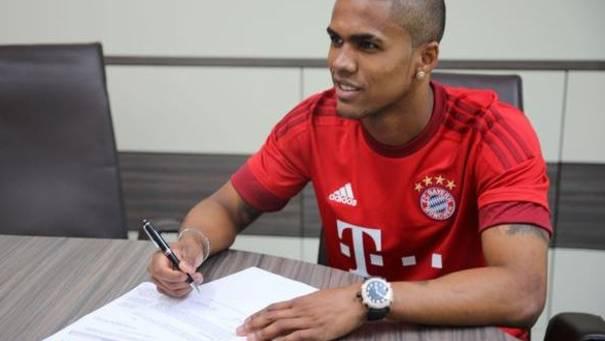 Douglas Costa unterschreibt beim FC Bayern München einen Fünfjahresvertrag.