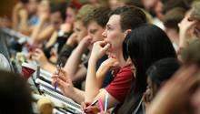 Studenten sitzen in einer Vorlesung
