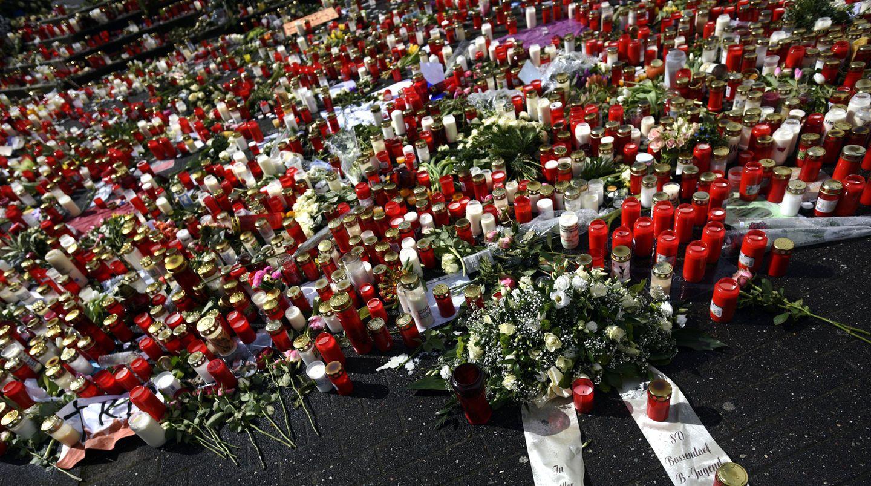 Ein Meer aus Rosen, Kerzen und Windlichtern in Gedenken an die Opfer der Germanwings-Katastrophe