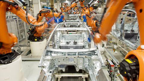 In einer Fertigungs-Straße bauen mehrere Roboter an einer Karosserie. Ein ähnlicher soll nun einen Arbeiter getötet haben.,