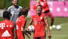 Thiago lacht während des Trainingsauftaktes der Bayern