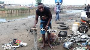 Der 27-jährige Yussif Mahawakli untersucht Elektroschrott auf verwertbare Materialien. Er weidet Altgeräte aus, um sich selbst und seine Familie über Wasser halten zu können. Genau wie er machen es auch viele Kinder.