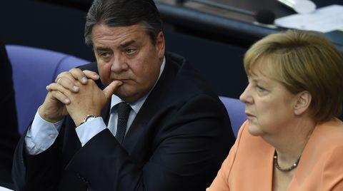 Bundeswirtschaftsminister Sigmar Gabriel (SPD) und Bundeskanzlerin Angela Merkel (CDU) im Deutschen Bundestag