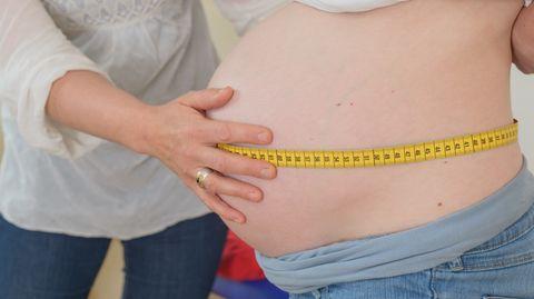Eine Hebamme untersucht eine Schwangere