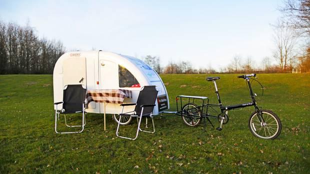Aufgebauter Camper mit Tisch und Stühlen