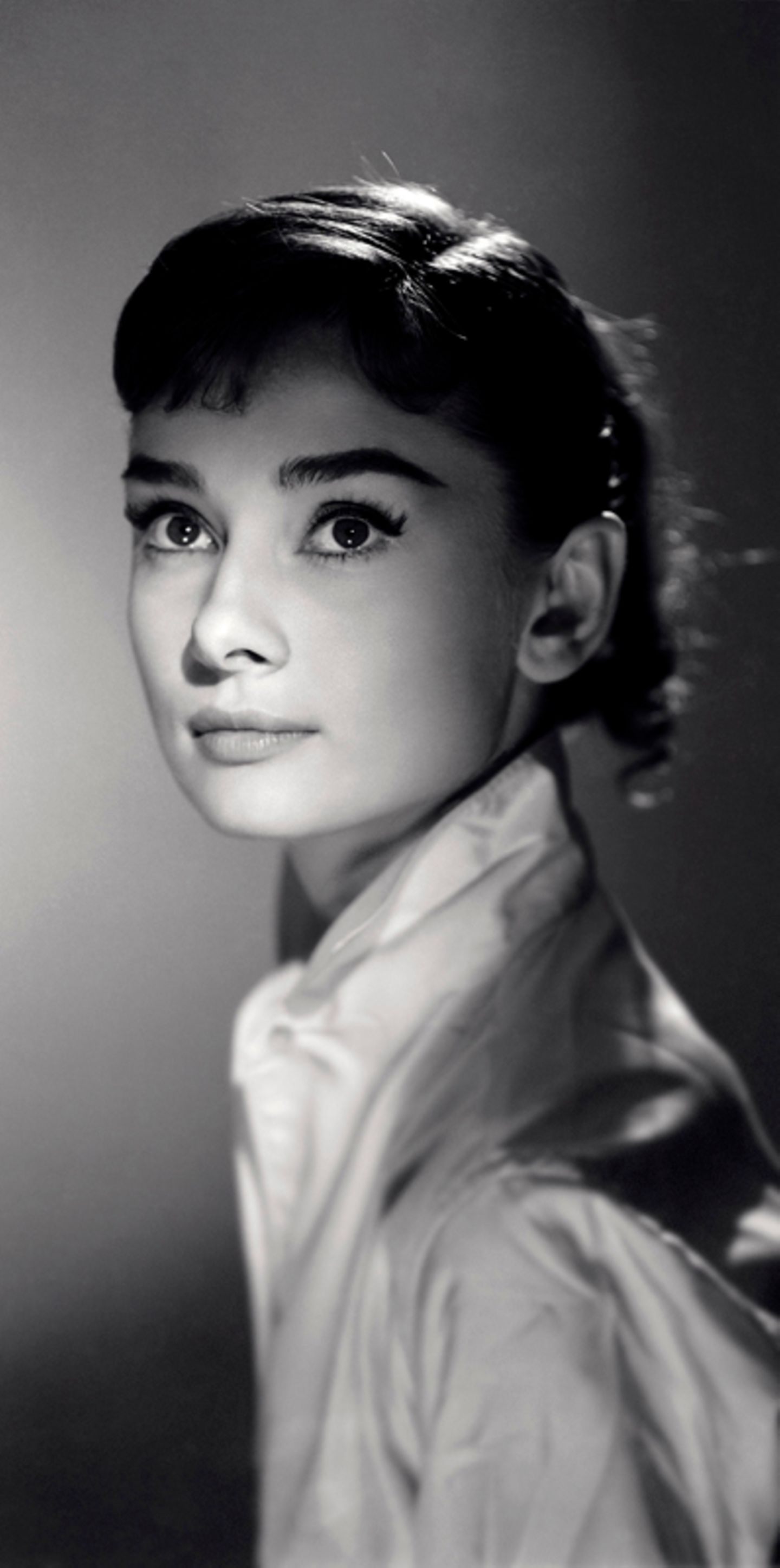 """Dieses Image hat sich festgesetzt: Auf vielen Bildern wirkt die junge Audrey Hepburn unschuldig, schüchtern und immer ein wenig zu fragil für diese Welt. Das Foto entstand im Rahmen der Dreharbeiten zur Tolstoi-Verfilmung """"Krieg und Frieden""""."""