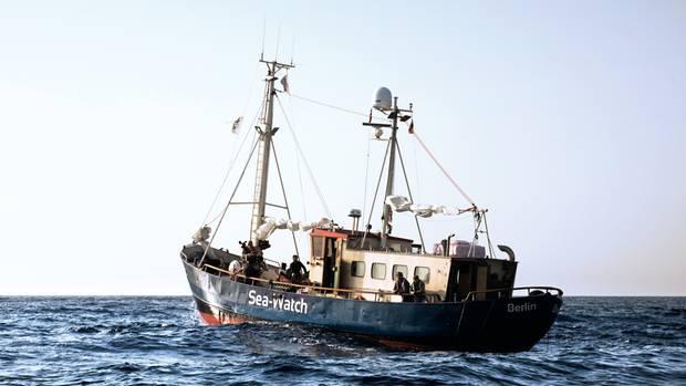 """Erst Fischkutter, dann Hausboot, jetzt Flüchtlingsschiff, hier bei einer Probefahrt: die """"MS Sea-Watch"""", Heimathafen Berlin"""