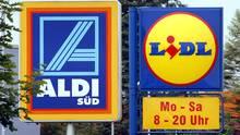 Die beiden Discounter Aldi und Lidl drehen weiter an der Preisschraube. Kunden profitieren von den starken Preissenkungen.