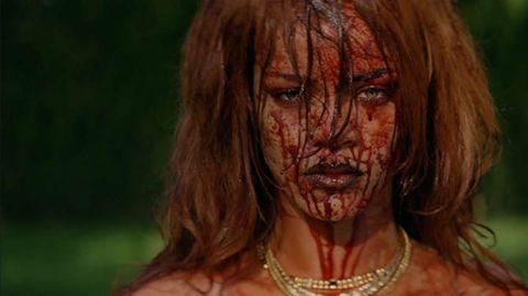 Bedeckt von Blut und Geld (hier nciht im Bild): Rihannas Performance hat durchaus hannibaleske Züge.