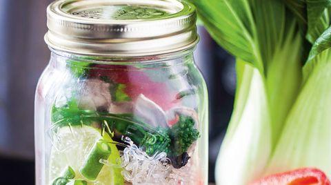 Ein Glas mit Gemüse - Vorbereitung zur Suppe