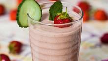 Glas mit einem Erdbeere-Minz-Gurken Smoothie