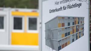 (Symbolbild) Ein Schild weist in Berlin Köpenick auf eine Wohnanlage hin, die eine Flüchtlingsunterkunft werden soll