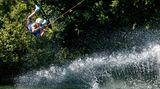 Nicht nur im, sondern auch auf dem Wasser kann man sich bestens erfrischen, wiedieser Wakeboarder auf dem Wörthsee in Bayern beweist.