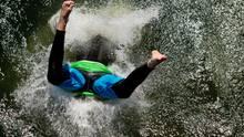 Ein Junge springt von einem Turm im Strandbad Utting in den Ammersee. Das Gewässer ist Bayerns drittgrößter See und hatte am Freitag eine Badetemperatur von 21 Grad.