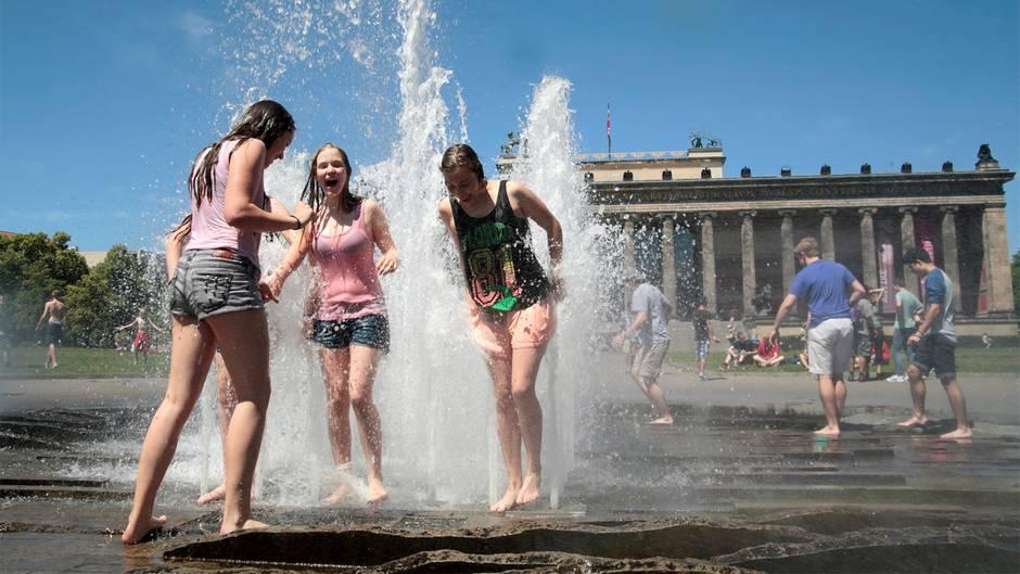 Hitzefrei bekamen die Schülerinnen der Klasse 6D der Neuen Grundschule Potsdam nicht, dafür war die Abkühlung im Brunnen im Berliner Lustgarten nach der letzten Stunde umso erfrischender. Der Park dient übrigens bereits seit dem Jahr 1471 der Erholung der Städter.