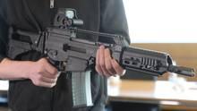 Ein Mann hält ein Sturmgewehr G36 in der Hand