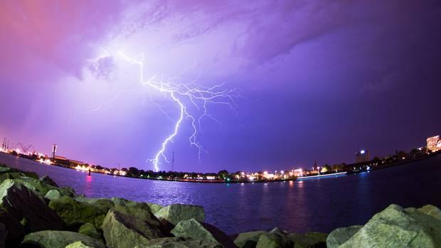 Ein Gewitter über dem Hafen von Rostock