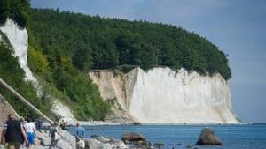 Wohl Deutschlands berühmtester Küstenabschnitt: der Kreidefelsen auf der Insel Rügen.