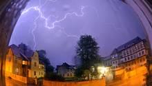 Blitze über einer Kleinstadt