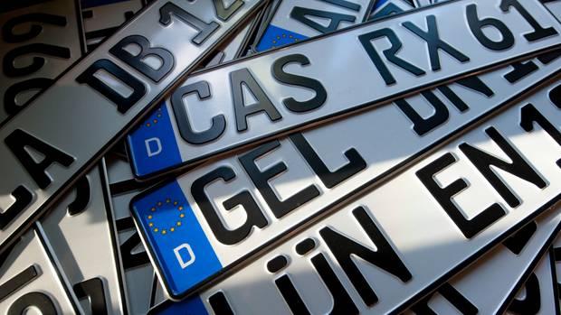 Ganz langsam ändern sich auch in Deutschland die strengen Regeln für Auto-Kennzeichen.