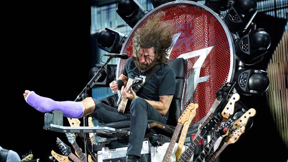 Foo Fighters Frontmann Dave Grohl rockt die Bühne in Washington im Sitzen