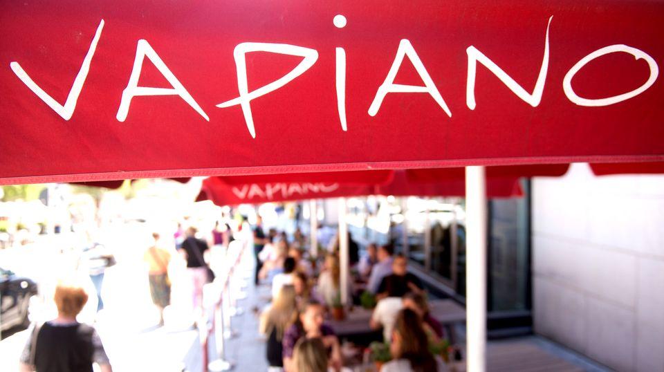 Die Restaurantkette Vapiano soll nachträglich die Arbeitszeit von Mitarbeitern manipuliert haben. Jetzt entschuldigt sich das Unternehmen.